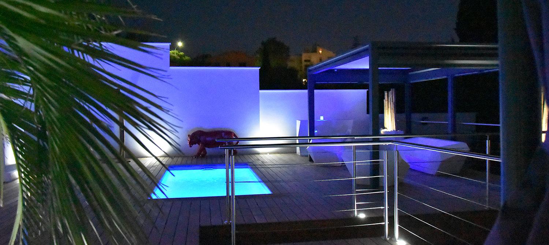 petite piscine citadine de nuit