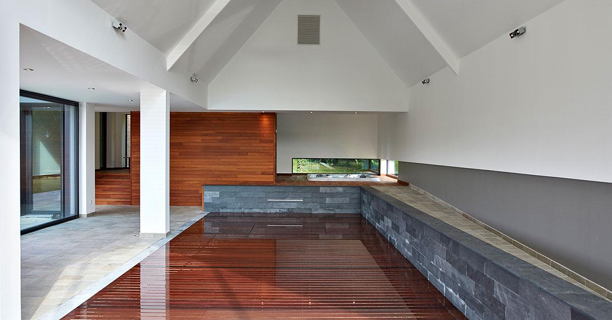 piscine intérieure à fond mobile fermée