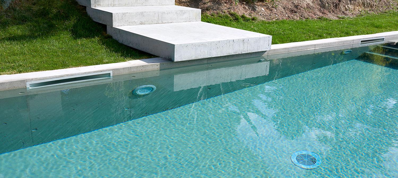 Piscine Beton Avec Plage Immergée piscine en béton brut avec plage immergée | piscines carré bleu
