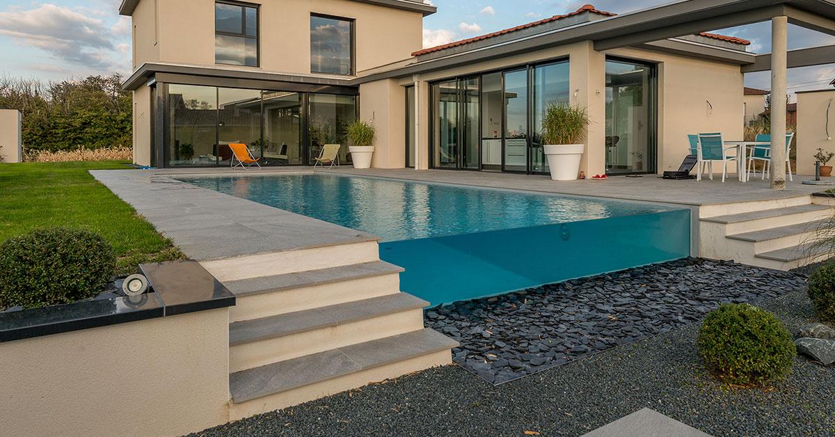 piscine à débordement sur paroi de verre