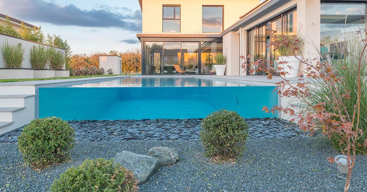 piscine avec paroi vitrée paysagée