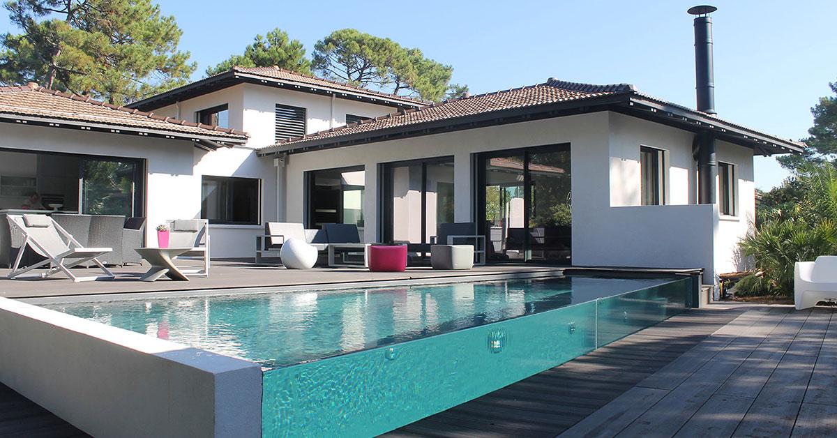 piscine à débordement sur parois verre