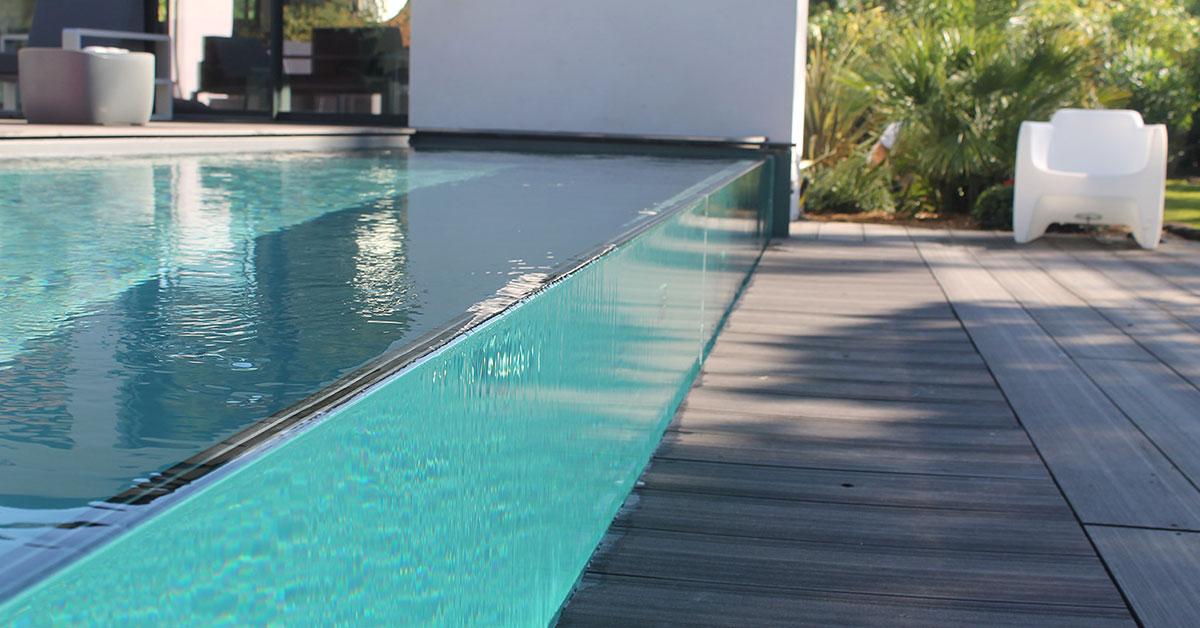 piscine parois de verre avec débordement