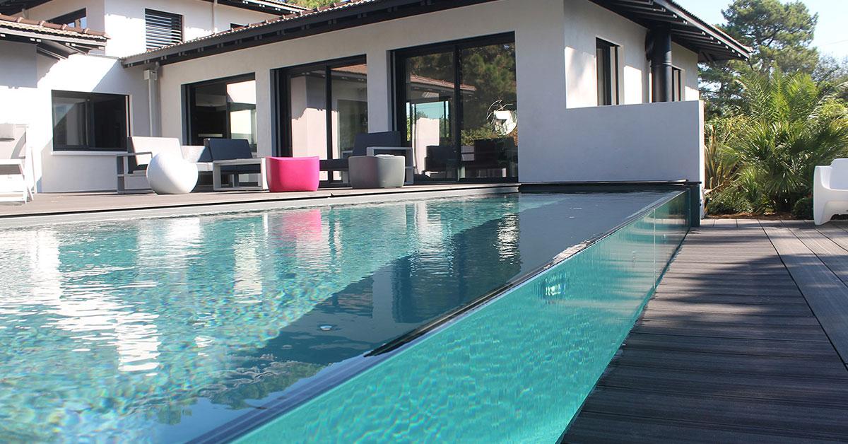 piscine à débordement sur parois de verre design