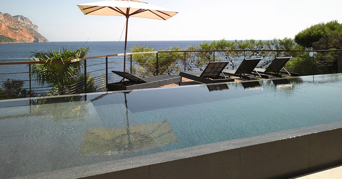 piscine à débordement miroir vue sur mer