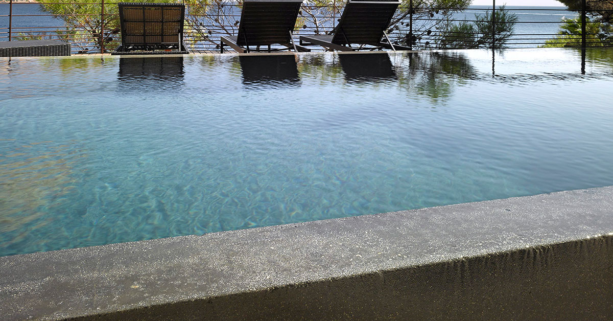 piscine béton teinté