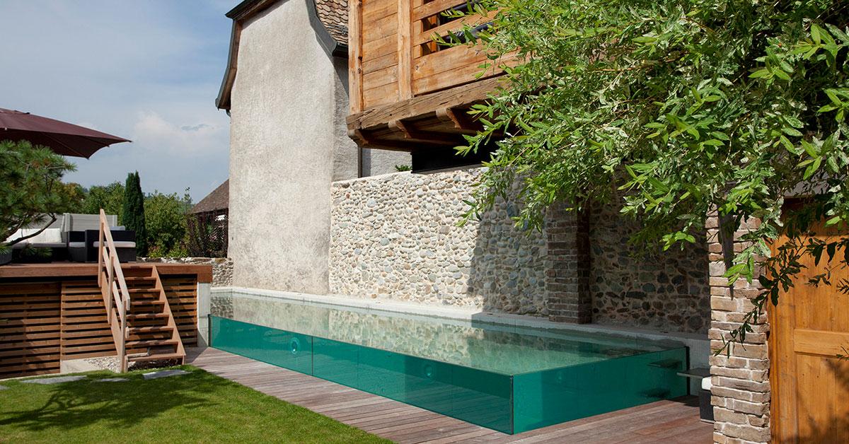 piscine à débordement sur parois vitrées