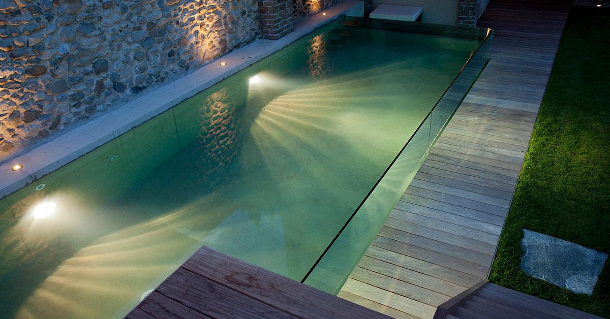 piscine à parois vitrées avec éclairage