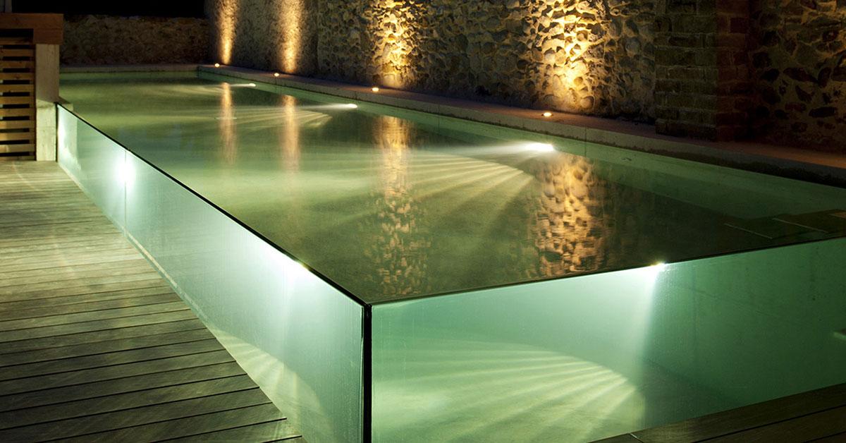 piscine de nuit à parois de verre