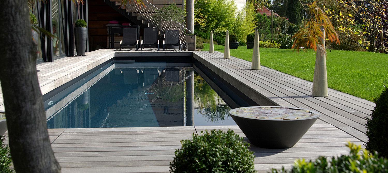 Couloir de nage avec liner noir et plage en bois | Piscines ...