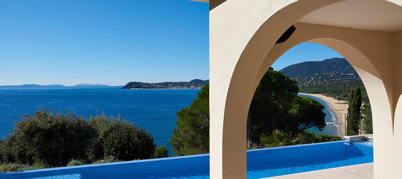 piscine mosaïque en béton vue sur mer
