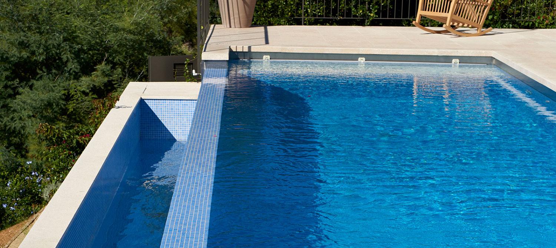 piscine en mosaïque à débordement