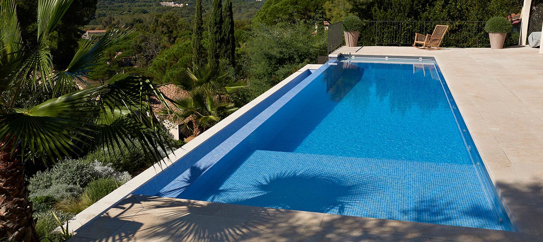 piscine à débordement réalisée en béton revêtue de mosaïque