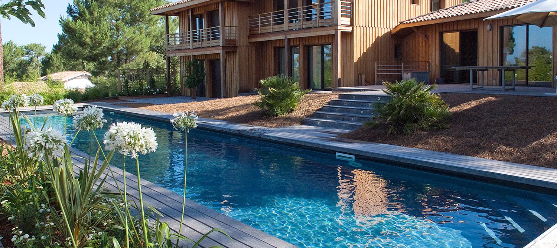 couloir de nage plage bois avec maison bois