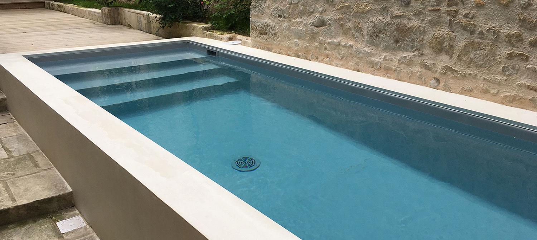 mini piscine dans une cour intérieure