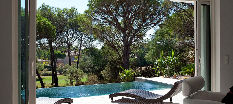 piscine à débordement avec vue sur jardin