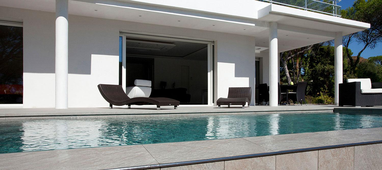 débordement de piscine en carrelage gris