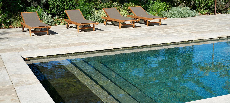 escalier piscine béton brut