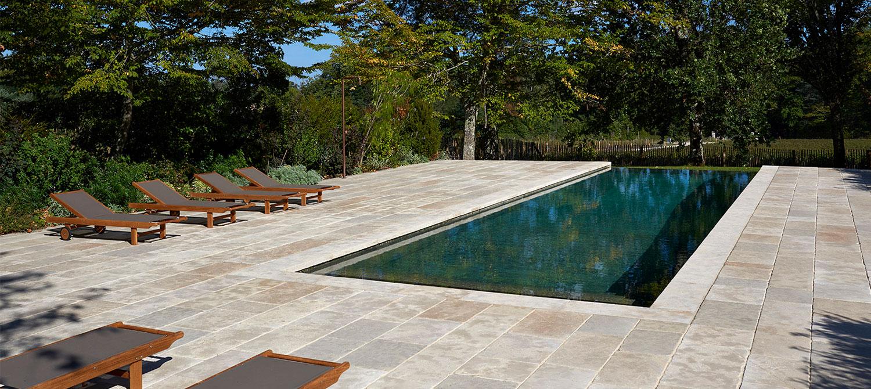 piscine à débordement en béton brut