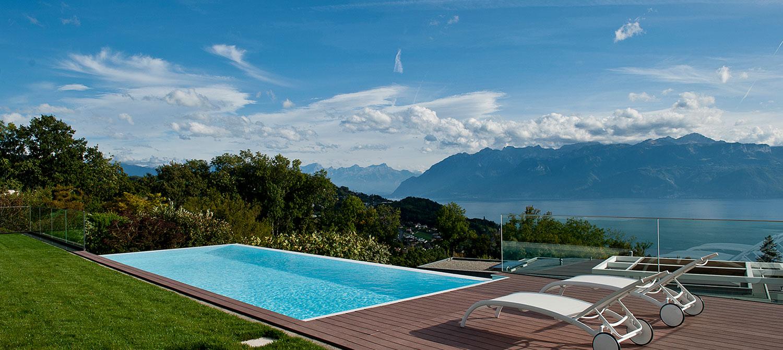 piscine à débordement terrasse aménagée