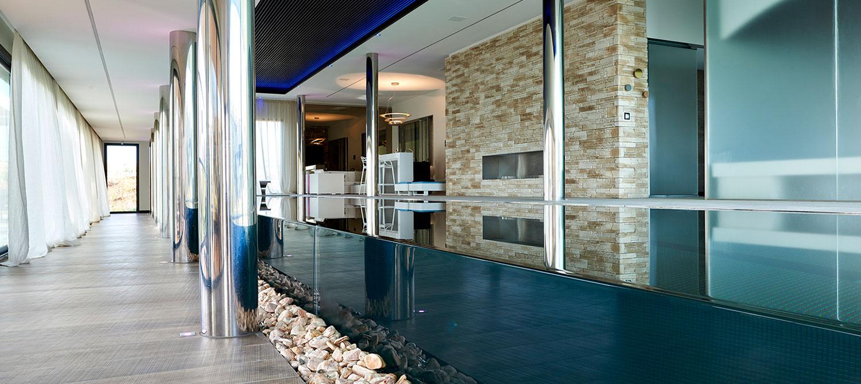 piscine à débordement sur parois de verre