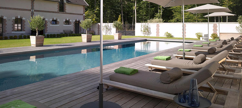 bains de soleil autour de la piscine