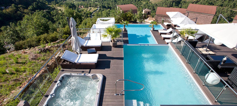piscine d'hôtel à débordement avec spa