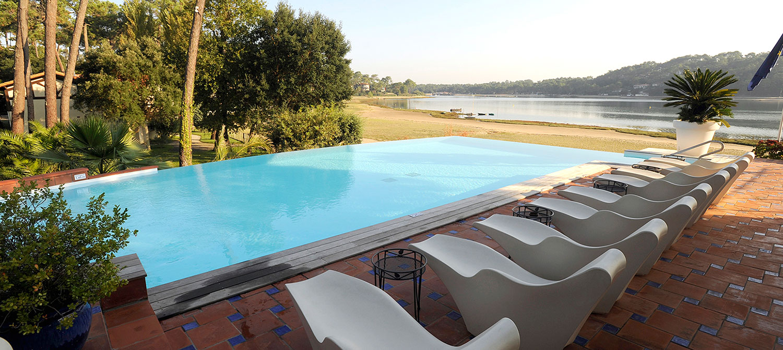 piscine forme libre avec mobilier extérieur