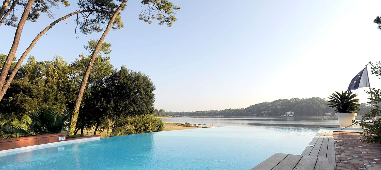 piscine forme libre vue sur le lac d'hossegor