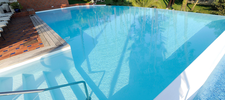 piscine d'hôtel forme libre avec escalier