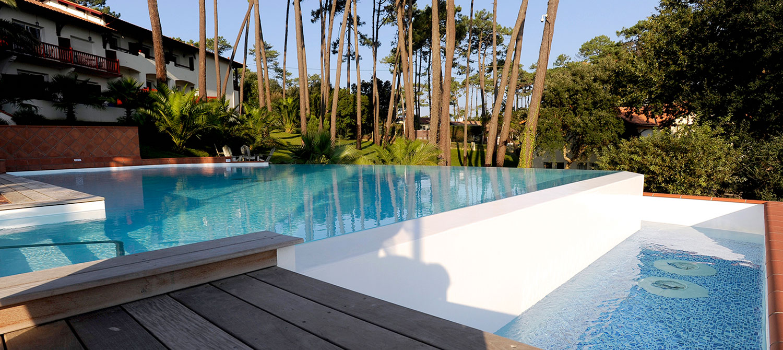 bac tampon piscine d'hôtel forme libre