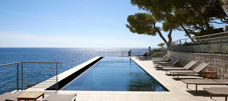 piscine à débordement d'un hôtel à Cassis