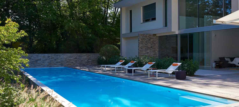 piscine avec transats