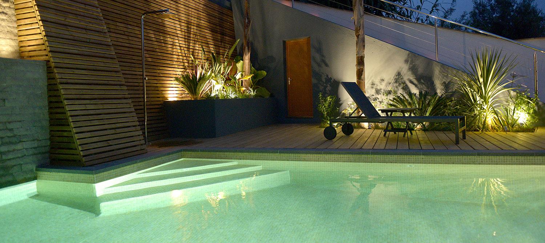 escalier piscine en angle avec éclairage nocturne