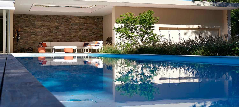 piscine rectangulaire avec pool-house