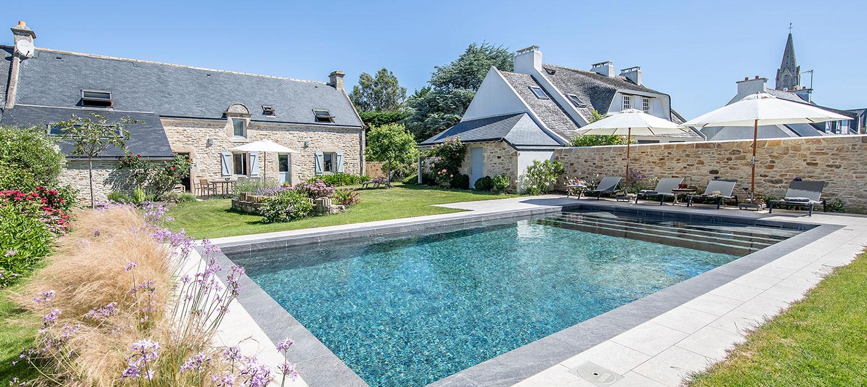 piscine familiale paysagée en carrelage