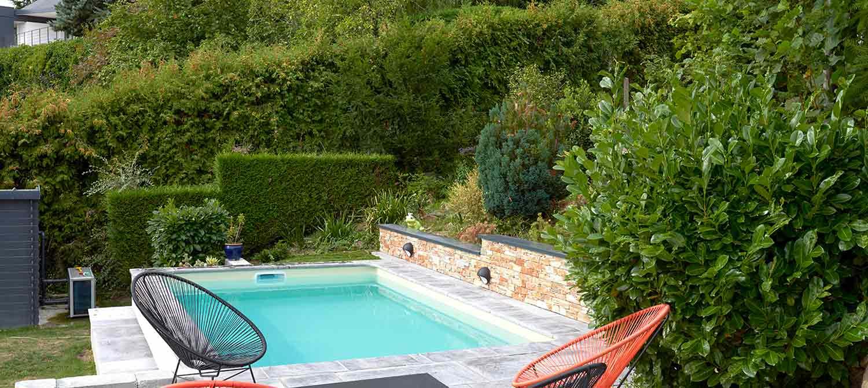 Petite piscine sur terrain en pente aménagé | Piscines Carré ...
