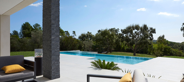 piscine en carrelage et espace détente