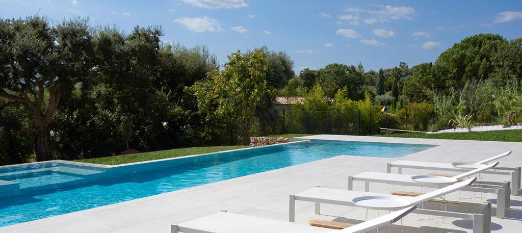 piscine et spa avec bains de soleil