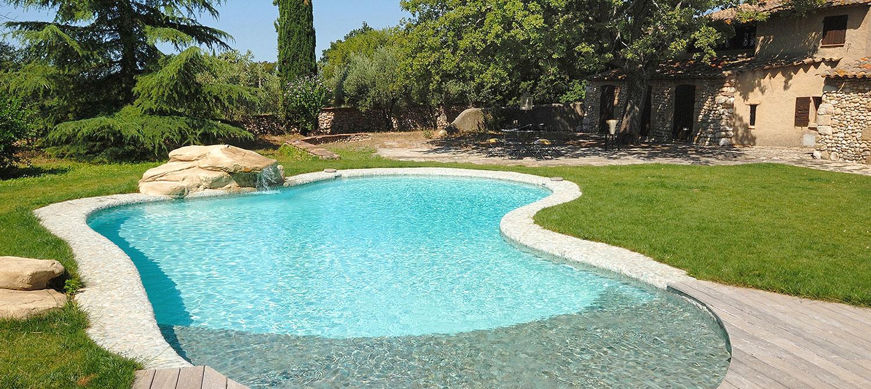 piscine avec courbe et enrochement