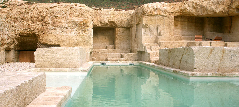 piscine minérale construite dans une carrière