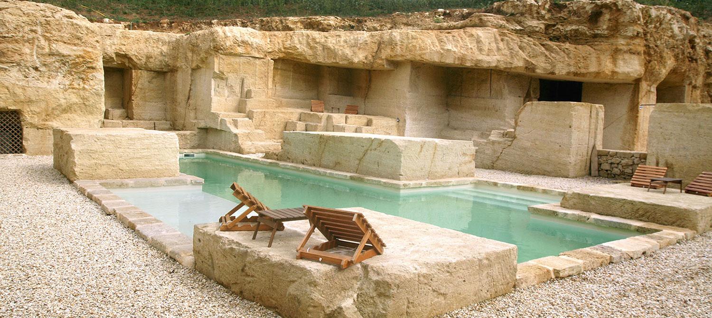 piscine minérale entourée de roche