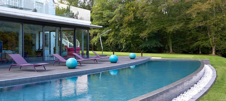 piscine carrelée à débordement personnalisée