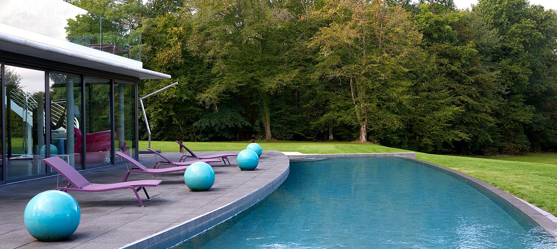 piscine à débordement carrelée