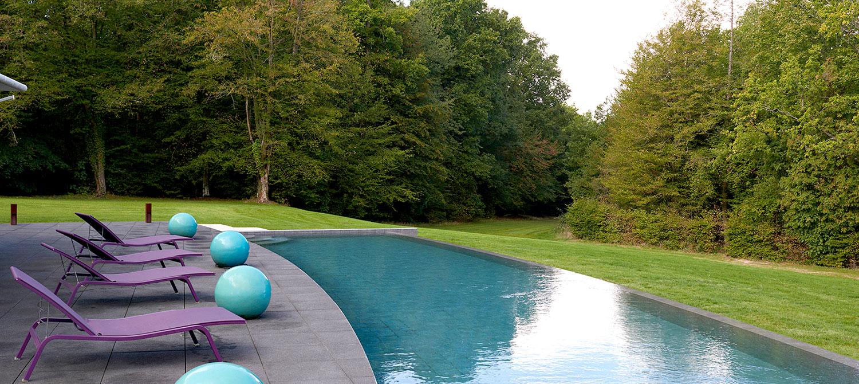 piscine à débordement en arc de cercle