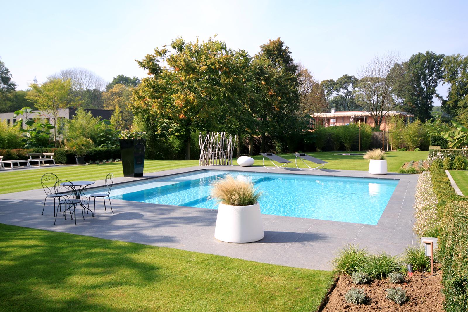 grande piscine extérieure carrée