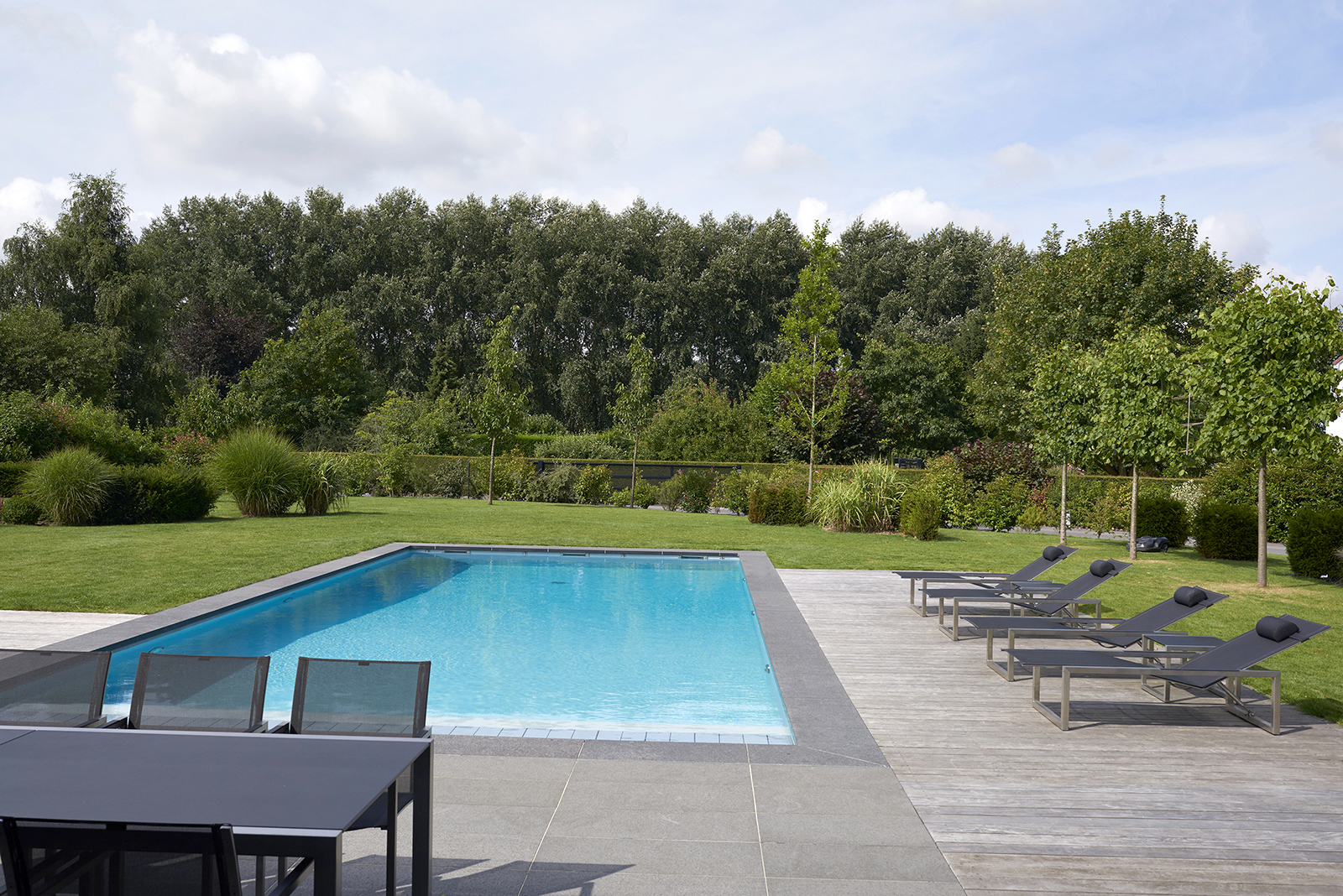 piscine paysagee avec mobilier outdoor