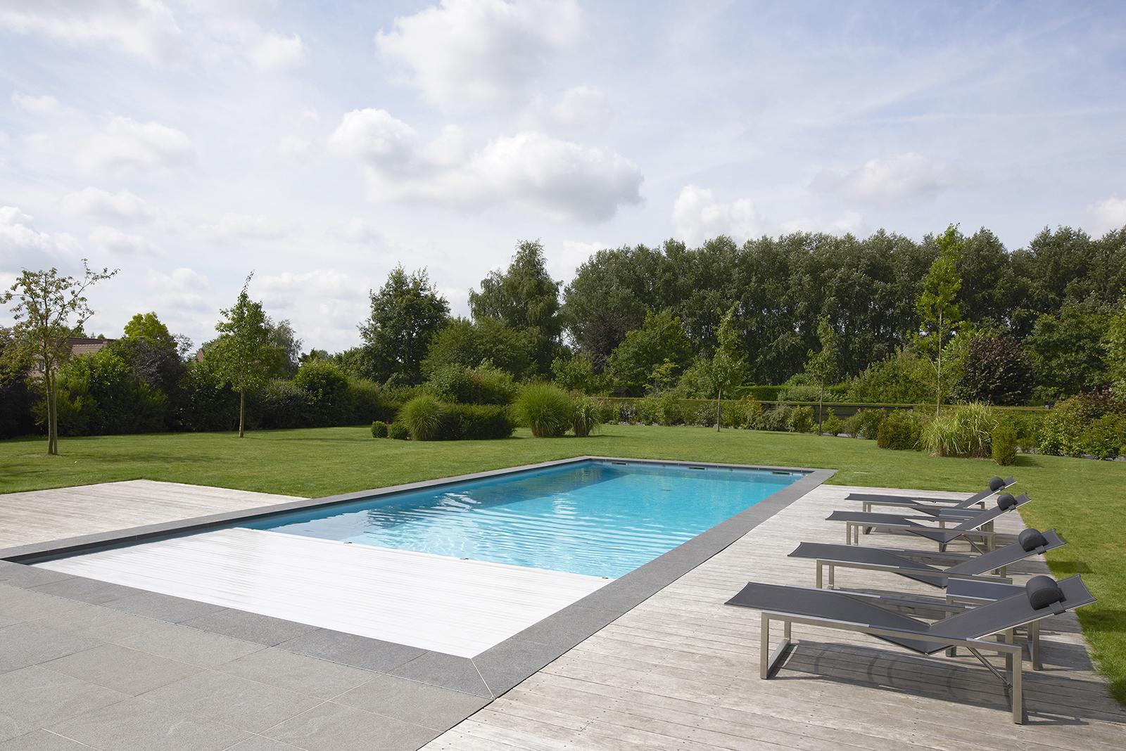 piscine familiale rectangulaire avec volet de sécurité