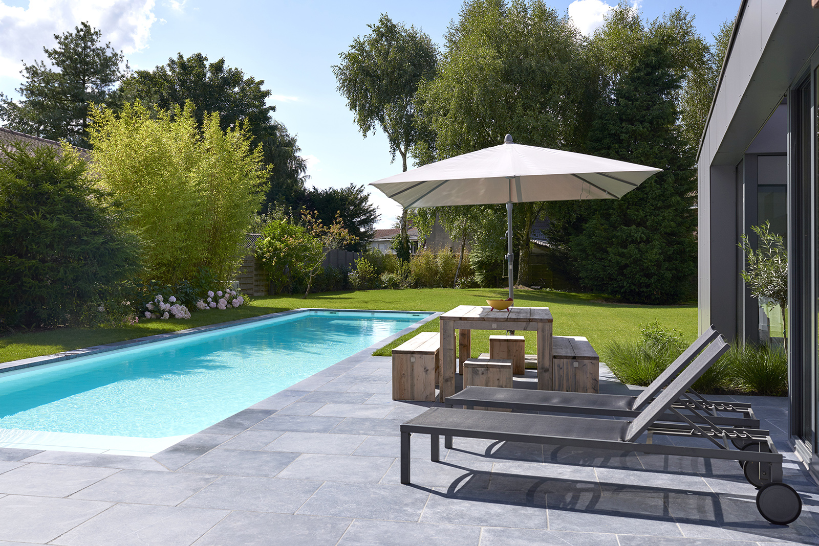piscine design avec escalier en angle